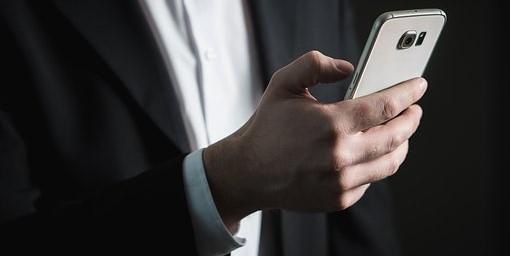 man met mobieltje in zijn hand